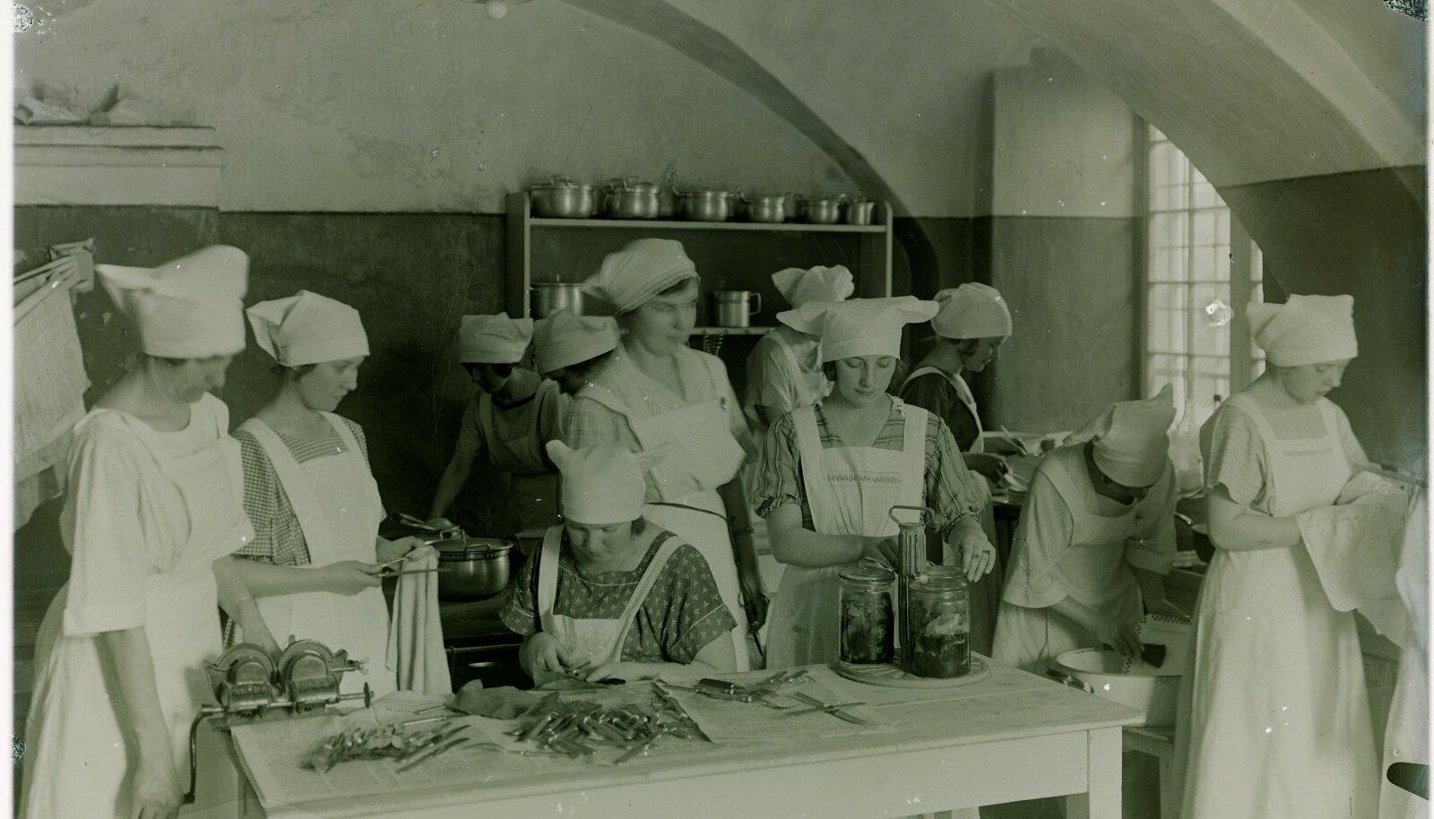 Moodsad neiud õppisid, et ajakohases köögis on igal asjal oma koht ja igaks tööks oma riistad. Tallinna Linna Naiskutsekooli majapidamisosakonna õpilased (1925).