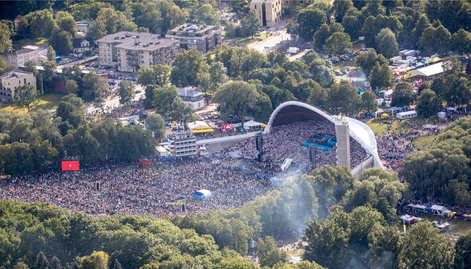 """XXVII laulupidu """"Minu arm"""" tõi viimasel päeval Tallinna lauluväljakule pea 100 000 inimest. Laulu- ja tantsupeol saavadki alati kokku väga erineva maailmanägemisega inimesed."""