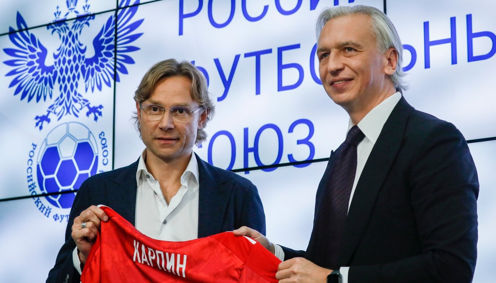 Venemaa jalgpalliliidu president Aleksandr Djukov (paremal) esitleb Valeri Karpinit kui koondise värsket peatreenerit.