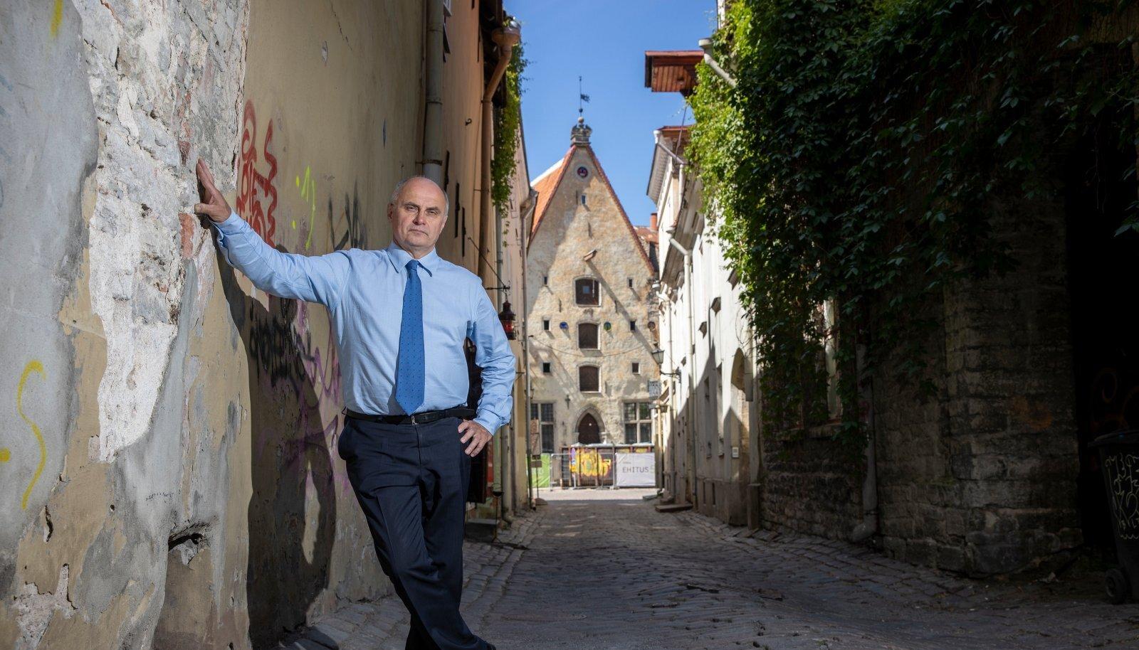 """Raivo Põldmaa jättis Linnateatri pärast ligi kolme kümnendit juhitööd seljataha. """"Minu selle suve projekt on maha rahuneda,"""" ütleb ta."""