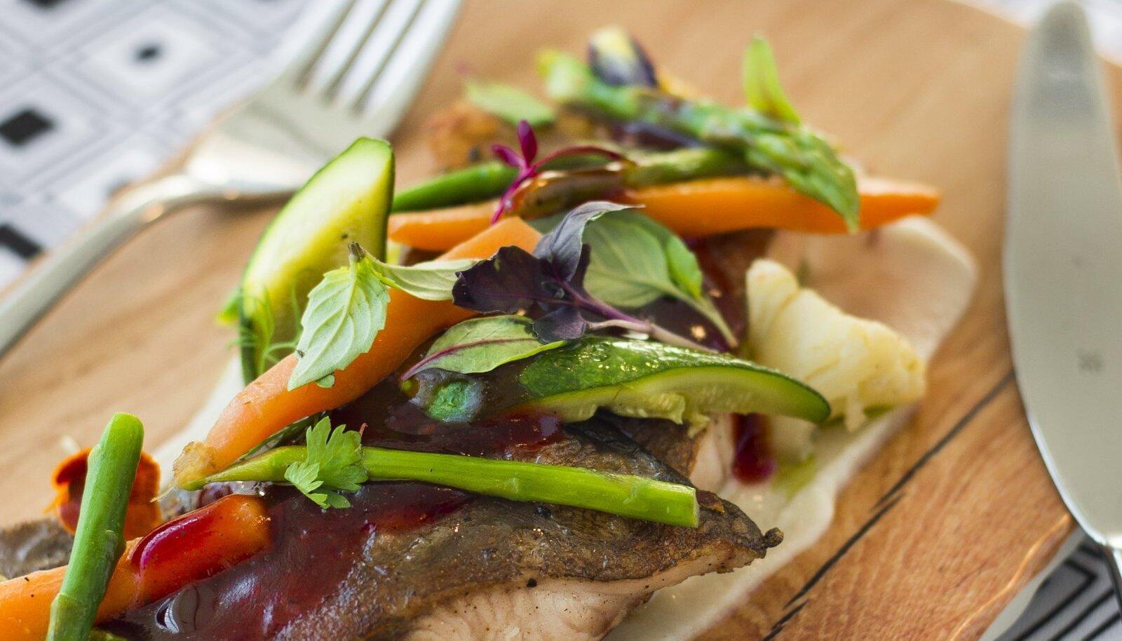 Hõrk klaarsäga serveeritud kartuli-juurselleripüreega ja võis praetud miniköögiviljadega