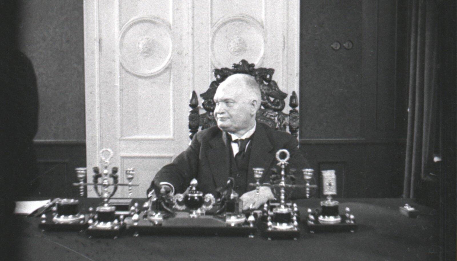 Eesti Vabariigi president Konstantin Päts oma töökabinetis