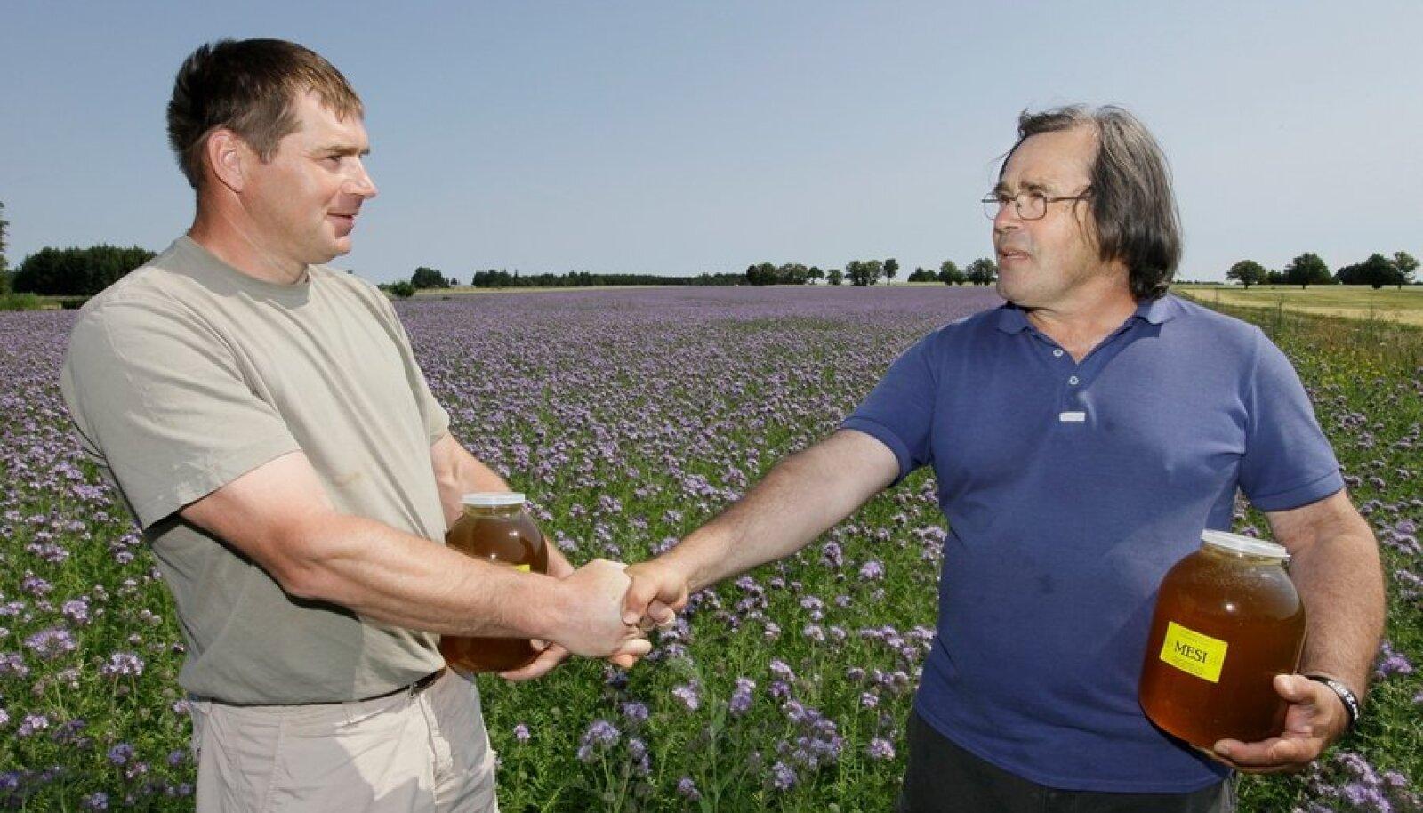 Mesinik  Alexander Lepik  ja põllumees  Madis Ajaots  leidsid mesilaste küsimuses  mõlemaid  rahuldava  lahenduse ja lõid keerispeapõllul sõbralikult käed.