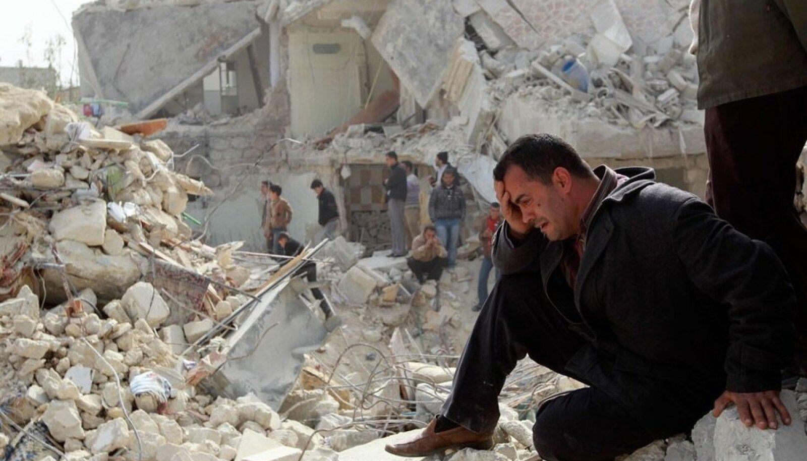 Valitsus ründab ka tavarelvadega. Aleppo elanikud rusude keskel pärast Scud-raketi  täistabamust.