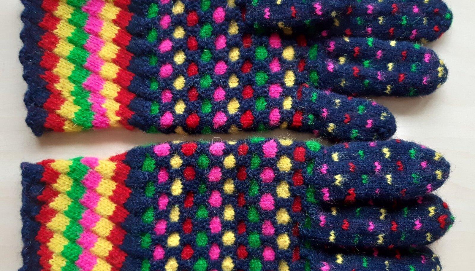 Kui kududa enne pahempidist rida sama värviga parempidine rida, tundub kindakiri hoopis reljeefsem.