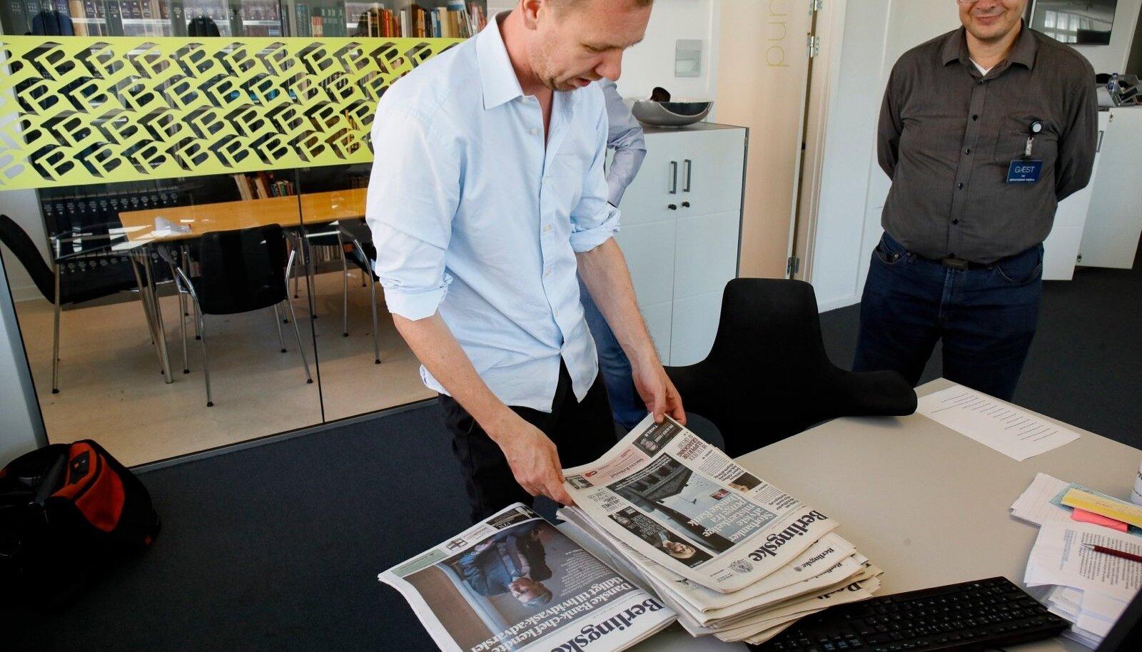 Simon Bendtsen näitab Berlingske toimetuses Danske Banki skandaali paljastavaid lehenumbreid.
