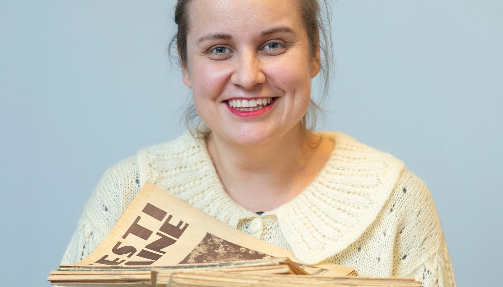 Liis Auväärt koos Eesti Naise lugejate saadetud vanade ajakirjanumbritega.