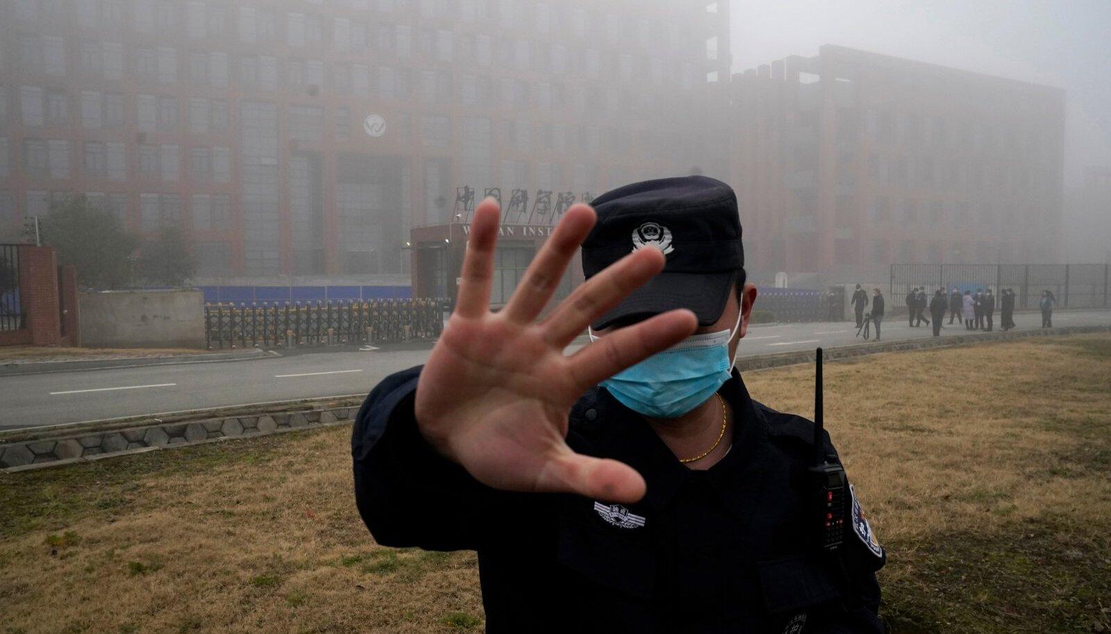 Hiina korravalvur peletab WHO visiidi ajal Wuhani instituudi ees ajakirjanikke.
