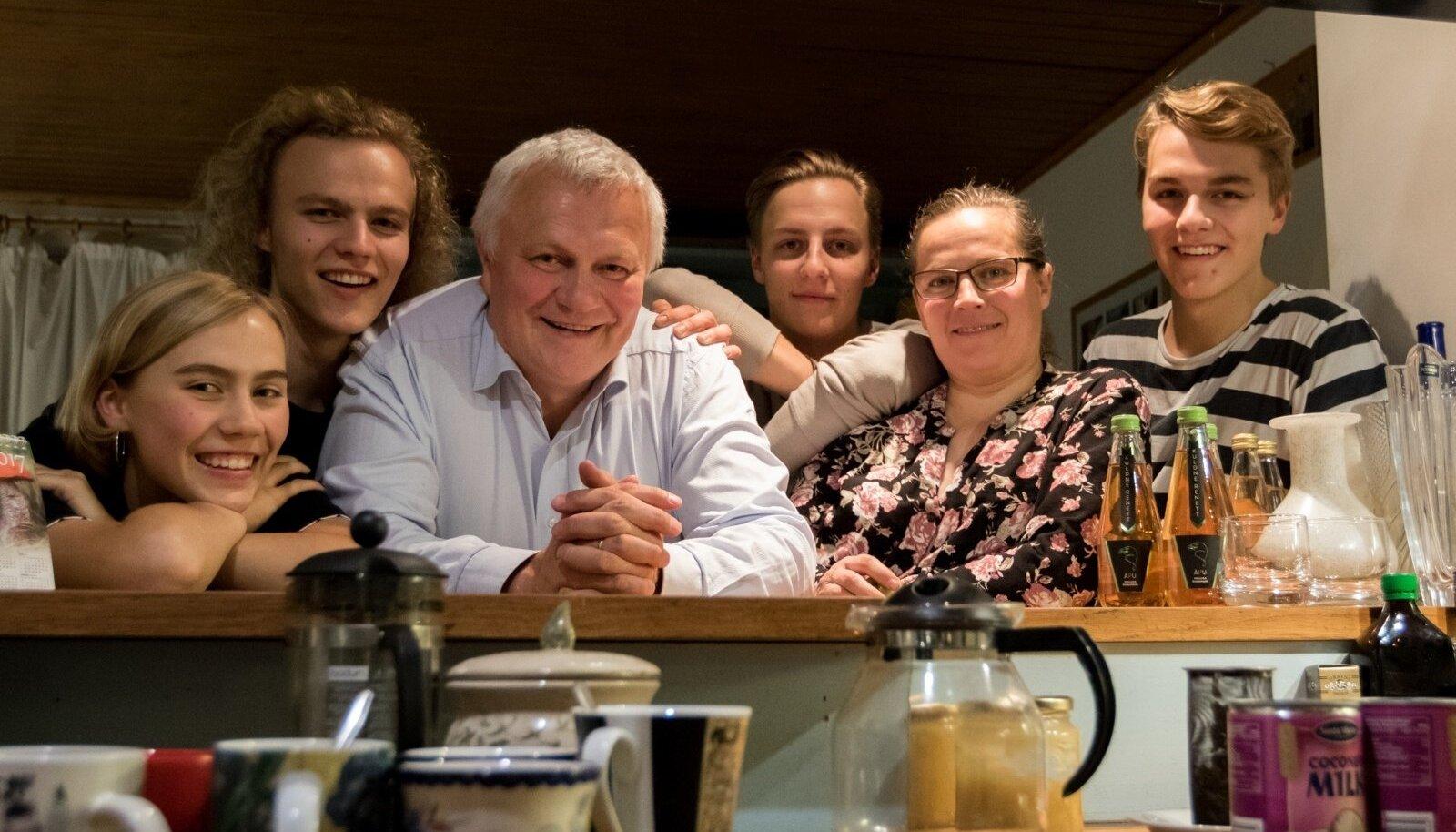 Perekond Nõmmanid. Vasakult Iris Helena, Ingmar, Sulev, Christopher, Tea ja Robert