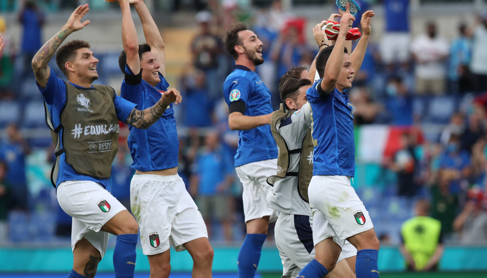 Itaalia koondise mängijad tähistamas võitu Walesi üle.