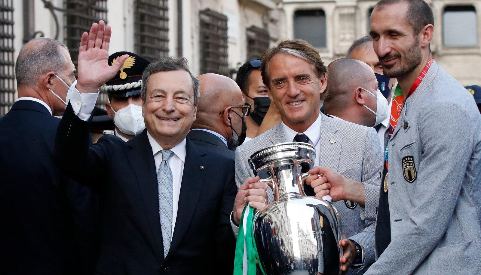 VÕITUDE AASTA: Mario Draghi tähistab koos peatreener Roberto Mancini ja kapten Giorgio Chielliniga Itaalia jalgpallimeeskonna võitu Euroopa meistrivõistlustel.