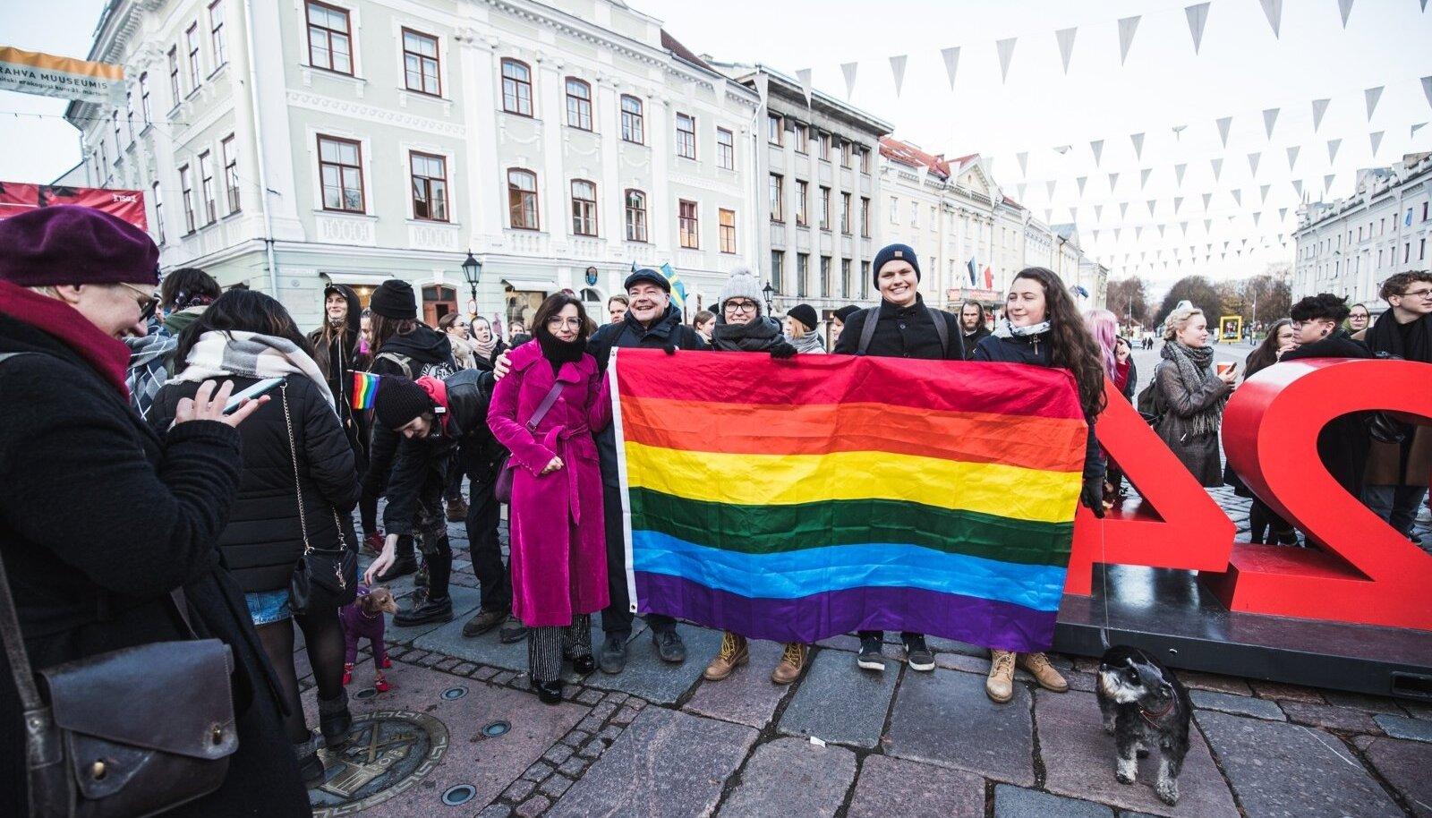 Novembri alguses korraldasid EKRE liikmed meeleavalduse, millele vastati seksuaalvähemuste toetamist näitava meeleavaldusega.