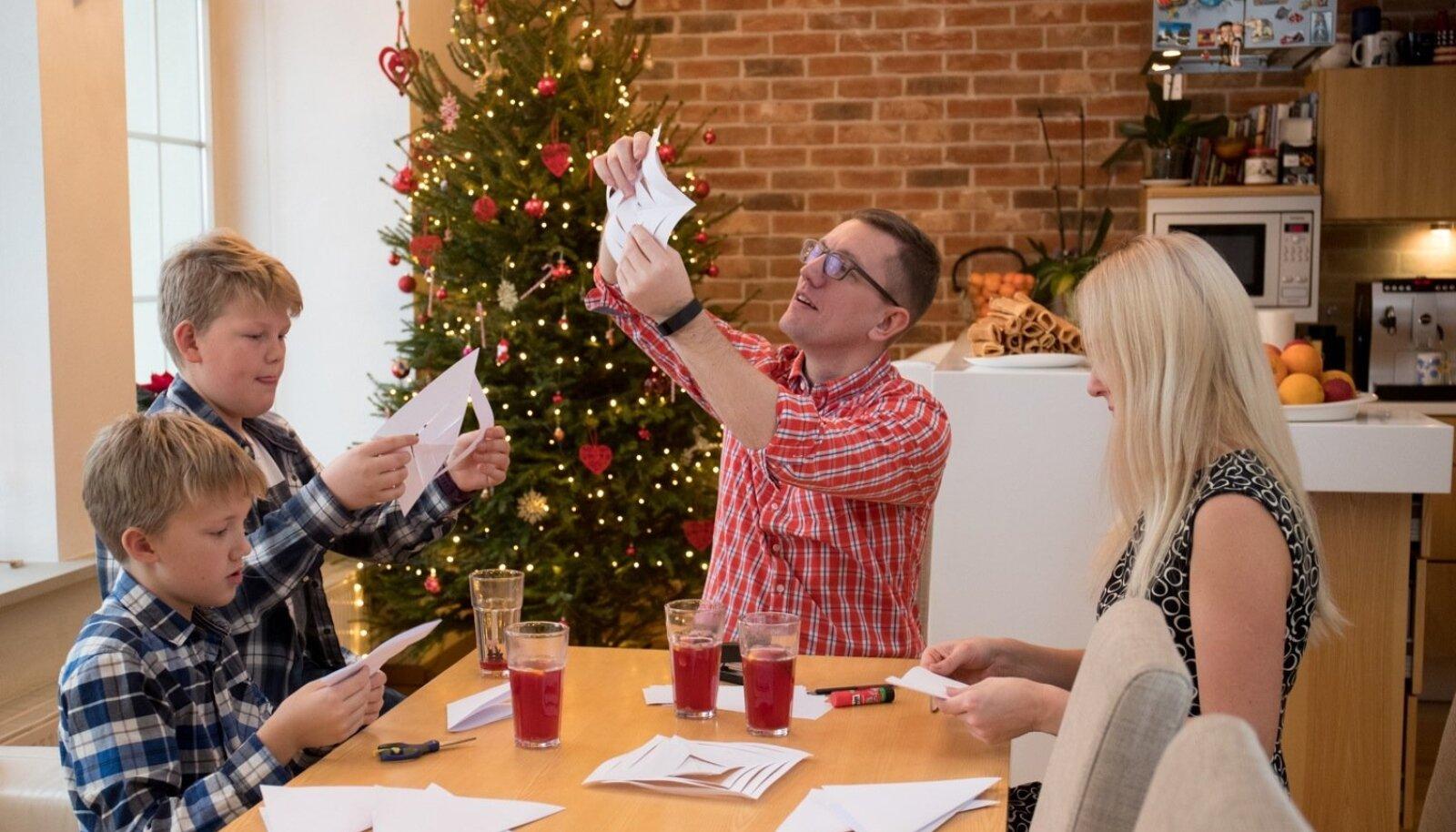 Kristen Michal valis 2012. aastal tagasiastumiseks advendiaja. Viimastel jõuludel õnnestus Eesti Päevalehel veenduda, et jõuluaeg Michalite kodus on tõesti kaunis.