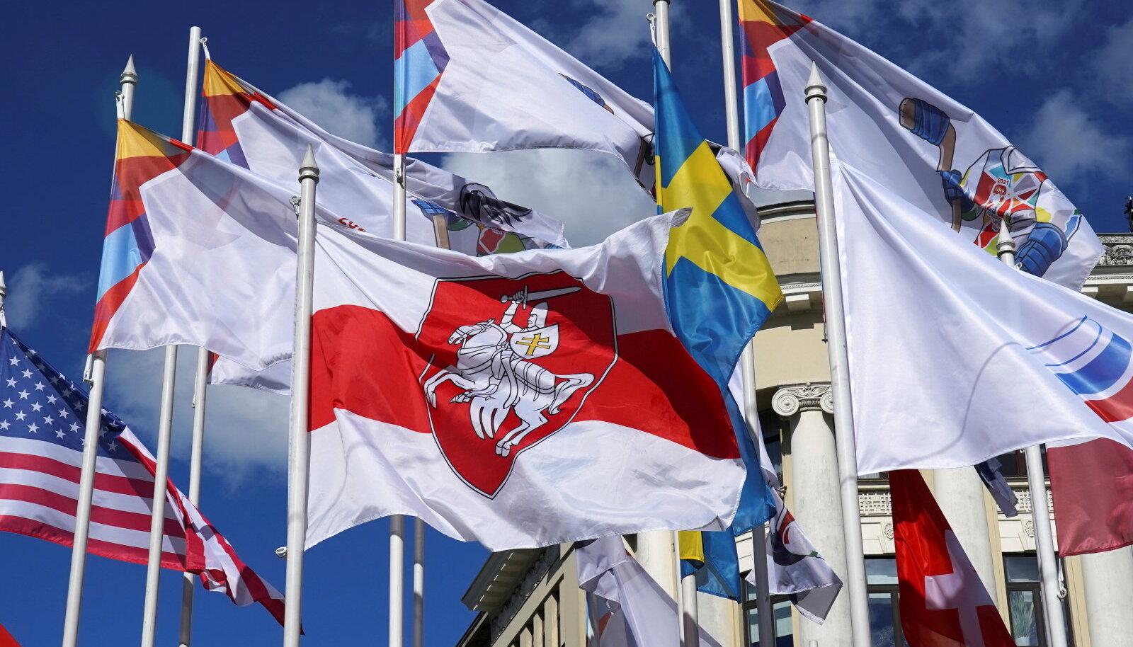 Esiplaanil ajalooline valge-puna-valge lipp, mis pandi Riias Valgevene ametliku lipu asemele.