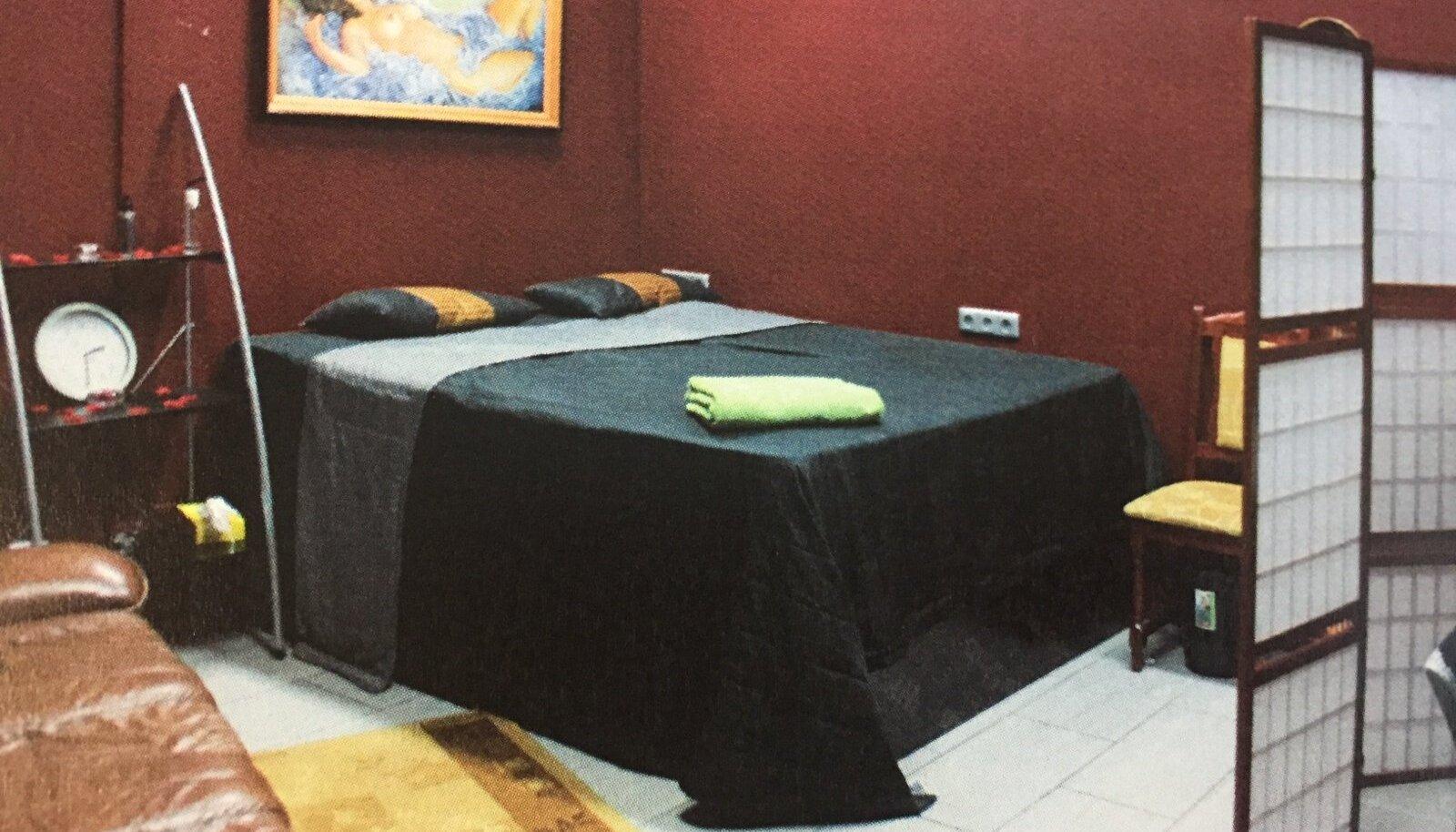 Kuigi Red and Black reklaamis end justkui salongina, kus saab ka tavalist massaaži, tuli klientidel massaažilaua asemel hoopis voodisse pikali heita.