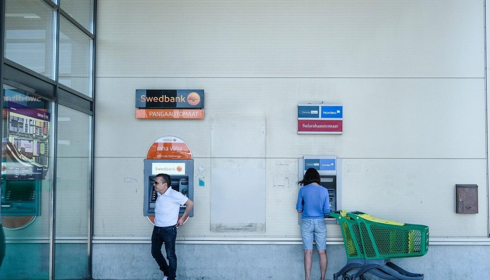 Люди пользуются находящимися возле Prisma банкоматами очень активно.