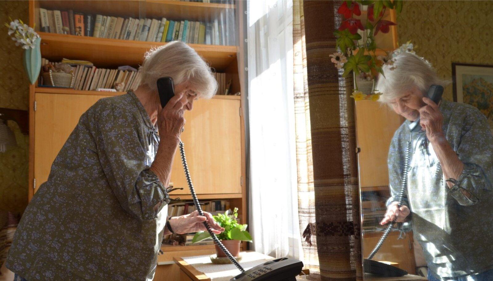 Tartus elav Aino on jäänud lauatelefonile truuks, kuid nüüd käivad tema kõnedvalge ruuteri kaudu. Kvaliteedi üle ta ei kurda, sest muutusega muutus selgemaks ka teleripilt.