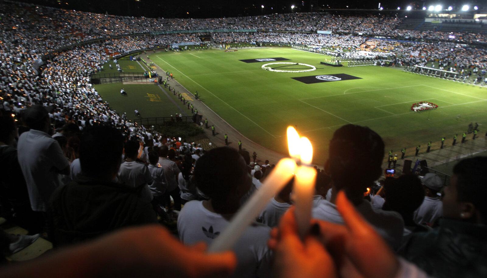 Medellini Atletico Nacionali fännid tulid kolmapäeval tühjale staadionile hukkunud Chapecoense mängijatele austust avaldama.