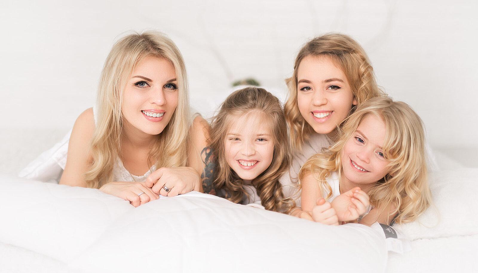 Анна Микконен с дочерьми