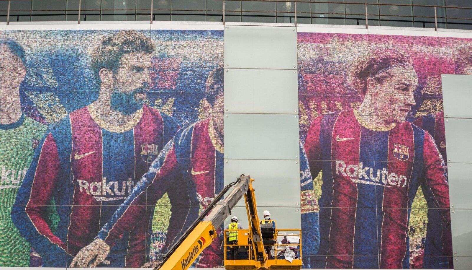LÄINUD: Töömehed eemaldavad Messi pilti Camp Nou staadioni hiigelpostrilt.