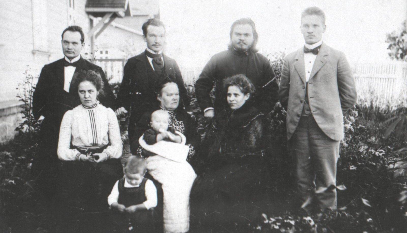 Konstantin Päts (tagareas vasakult 1.) koos abikaasa Helma (esireas vasakult 1.) poegade Leo ja Viktoriga, ema Olga ning vendade Nikolai, Voldemari ja Peetriga.