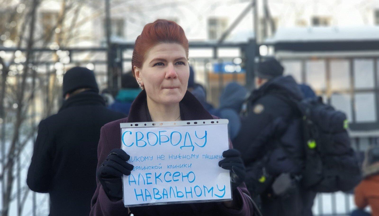 Сторонница Навального у здания ОВД Химки