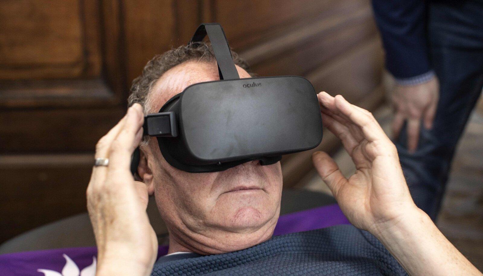 Messikülastaja proovib VR-seadmega, kuidas Sarcos olla on.