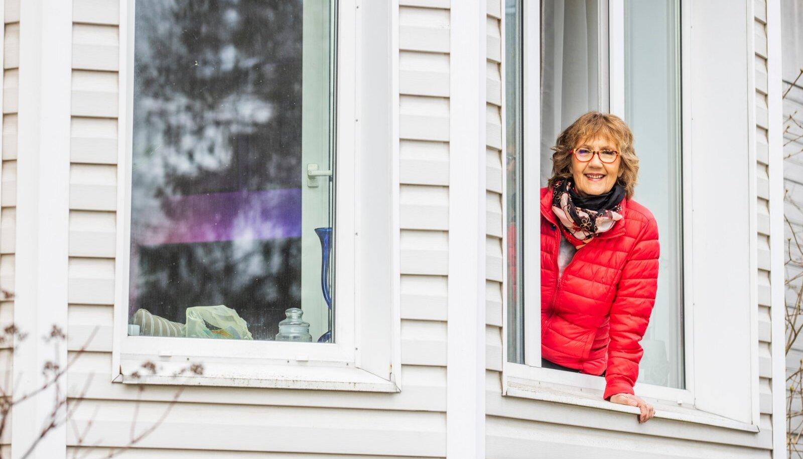 """ISOLATSIOONIS Reet Linna viimaste """"Prillitoosi"""" saadete vahelõigud on sündinud nii, et operaator seab kaamera üles ohutusse kaugusesse tema koduaeda Meriväljal ning Reet juhatab juba enne pandeemiat salvestatud saatelõigud sisse ja välja elutoa aknalt. Nii sündis ka Kroonika intervjuu ava- ja kaanefoto."""