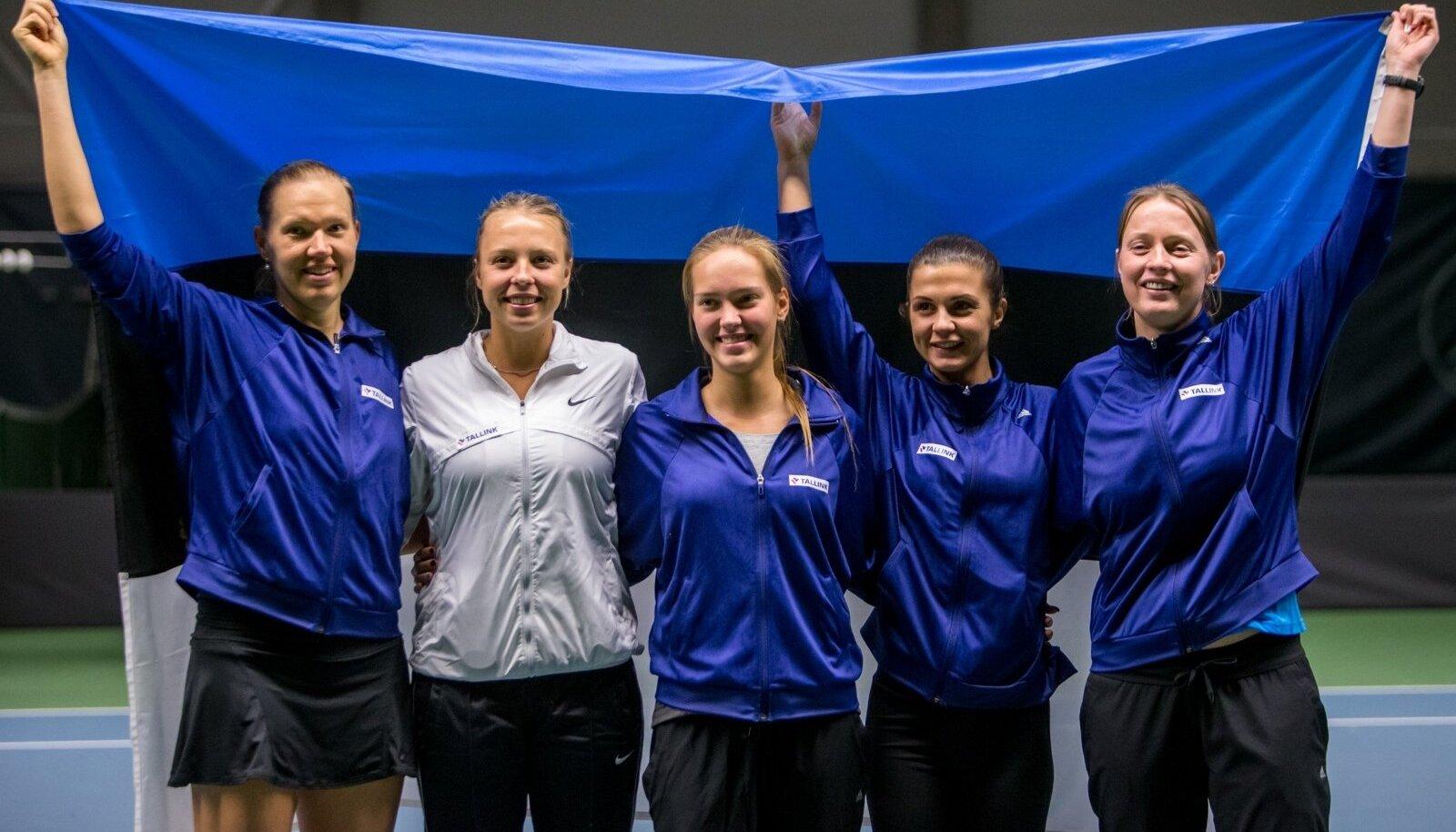 Eesti Fed Cupi naiskond 2015. aastal: Kaia Kanepi, Anett Kontaveit, Valeria Gorlats, Julia Skripnik ja kapten Maret Ani.