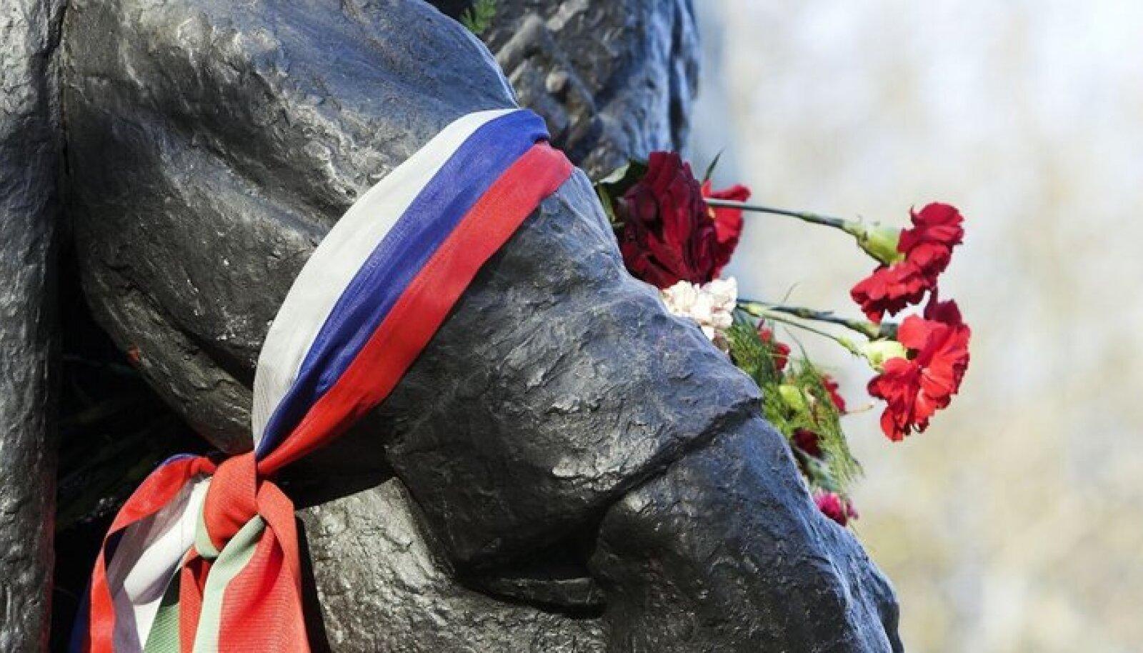 Eesti venelaste jaoks kadus Ansipi maine Pronkssõduri teisaldamise järel.