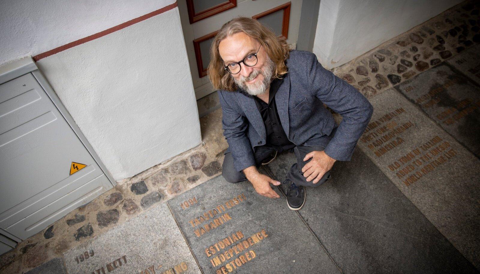 Margus Kasterpalu loodab, et piirangutest hoolimata õnnestub ühistunne tekitada laulupesade loomisega. Fotol on Kasterpalu Tallinna vanalinnas Börsi käigu ajajoone juures.