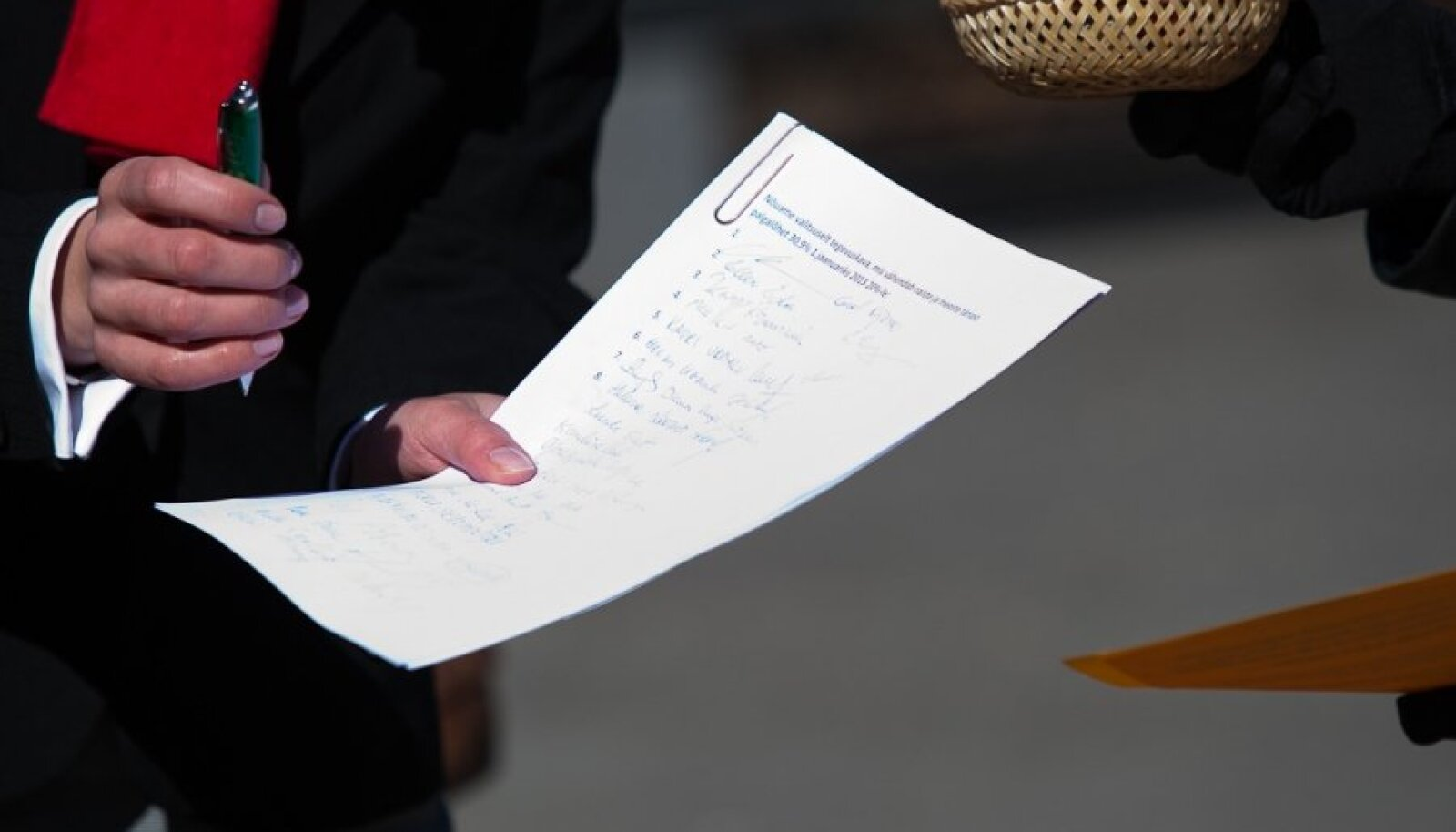 Raha küsijad paluvad anda heausklikel kodanikel allkiri ja kirjutada dokumendi juurde annetatud summa