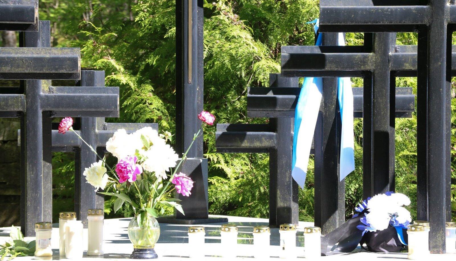 Juuniküüditamine 75 aastat, mälestamine Saaremaal. Kudjapel, roomassaare sadamas ja Jaagarahul asetati pärjad , süüdati küünlad ja peeti mälestuskõnesid