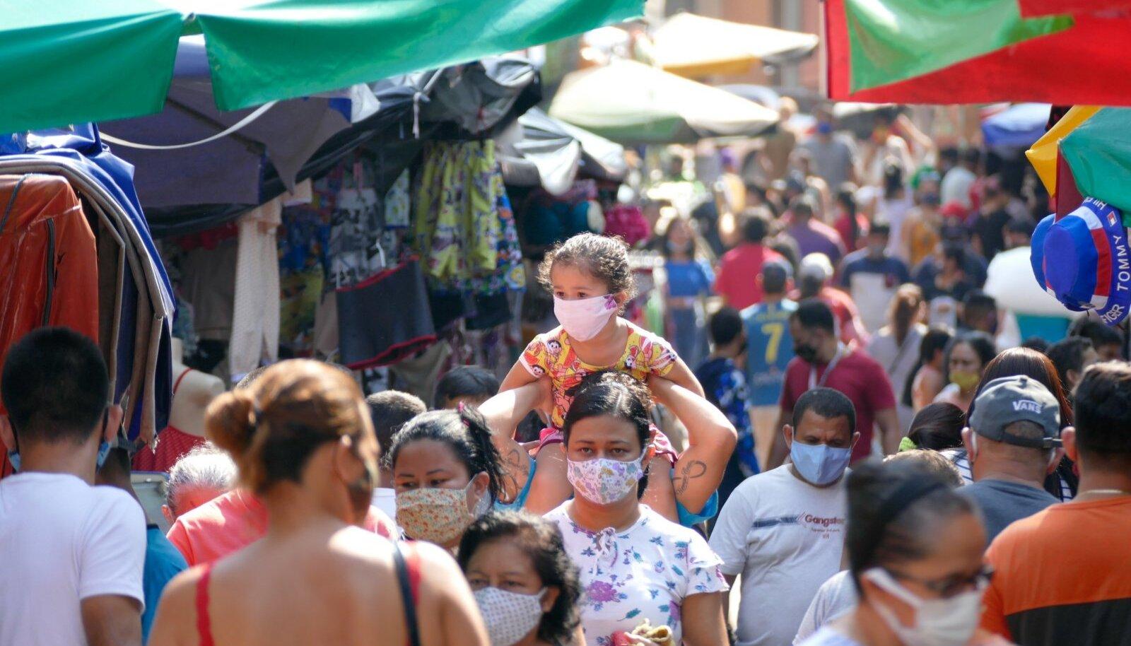 NÜÜDSEST MASKIGA: Augustis tehti Manause elanikele maski kandmine kohustuslikuks (reeglite rikkujatele rahatrahv). Suur rahvastikutihedus ja mitte piisav distantsi hoidmine võivad olla põhjused, miks oli Manaus kevade lõpus Brasiilia karmim epideemia tulipunkt. Nüüd võib linnas olla saavutatud mingil tasemel karjaimmuunsus.