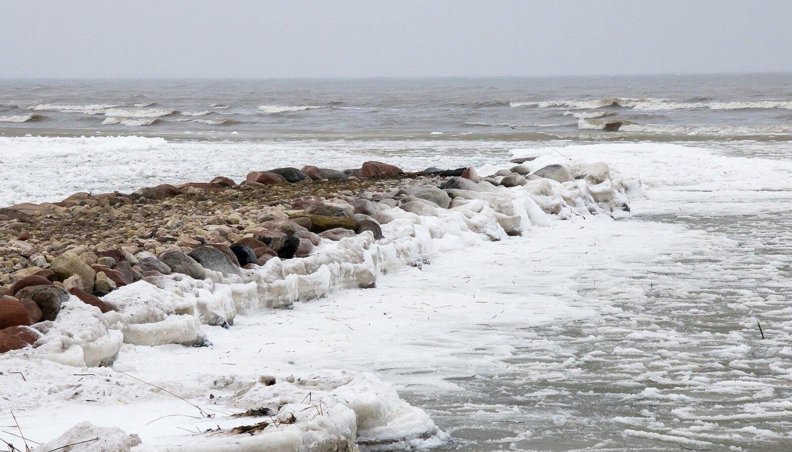 Suurim saavutus oligi vast parvlaev Hiiumaa laepaneelide lahti kangutamine. Rannikul oli tugevat tuisku, samuti öösel kuhjas jäämägesid Mändjalas ja Roomassaares, mitte küll nii suuri ja võimsaid muidugi, kui kevadel. Mõntu sadamas oli kai paksult jääs, öösel tuule kiirus oli kohati 26 m/s ja lained, mis üle kai tuulega tulid, külmusid kail jääks. Kohati sadas Saaremaal ka tihedat lund .