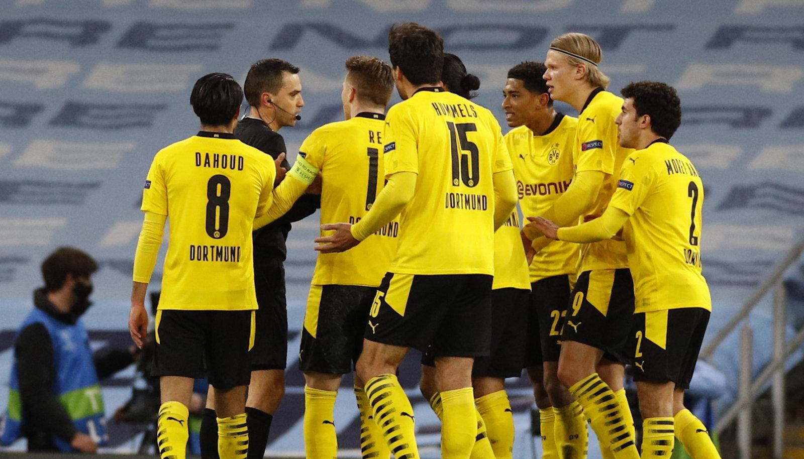 Kohtunik Ovidiu Hategan ja rahulolematud Dortmundi mängijad.