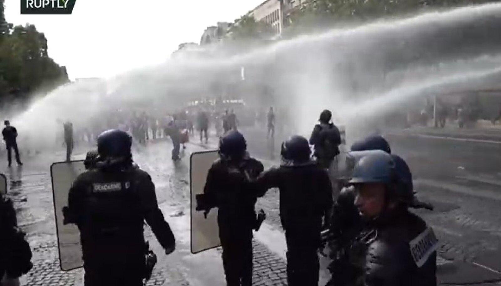 Politsei kasutas Pariisis protestijate vastu veekahureid.