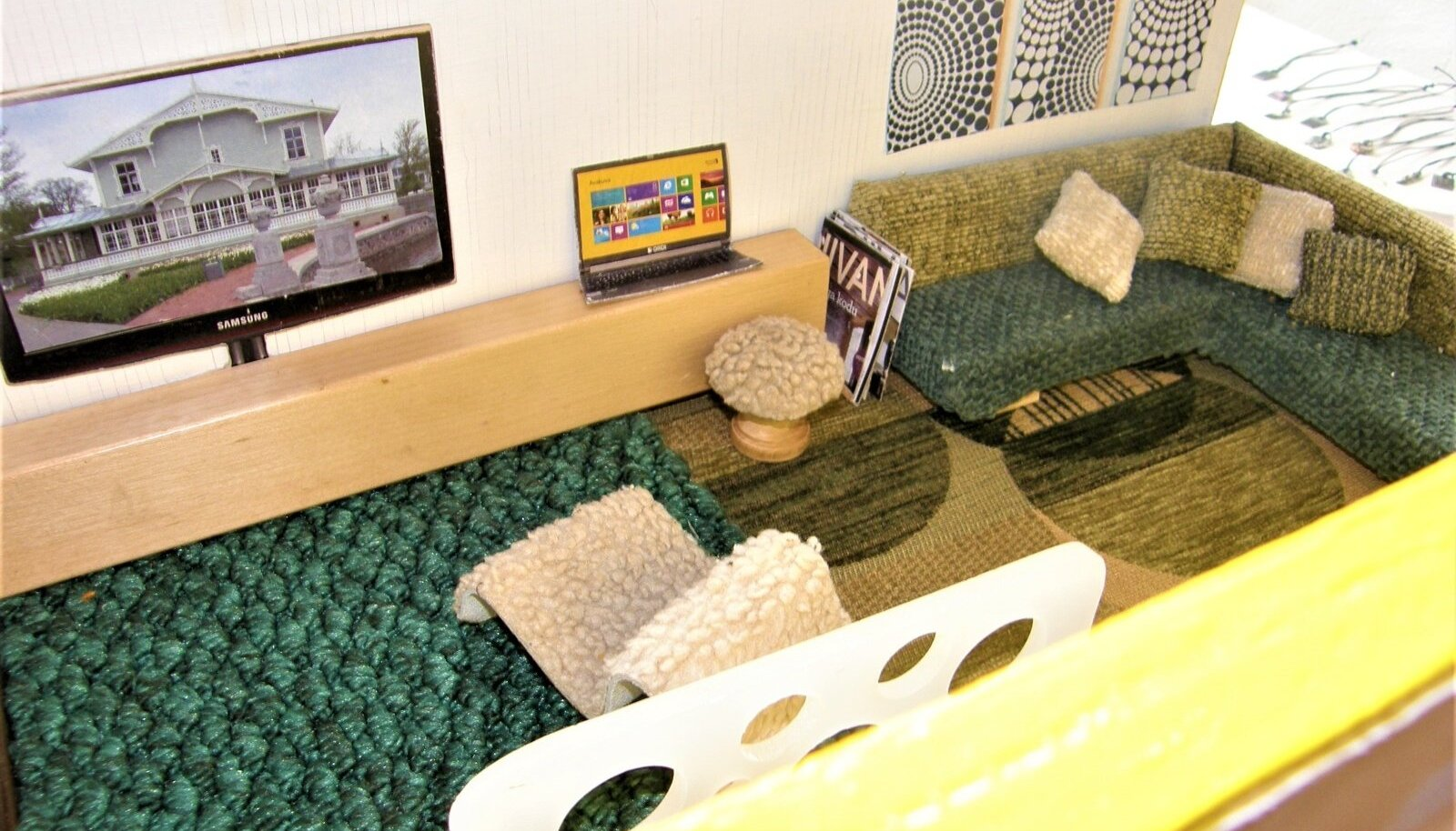 Nukkude elutuba pehme mööbli, teleri ja arvutiga.