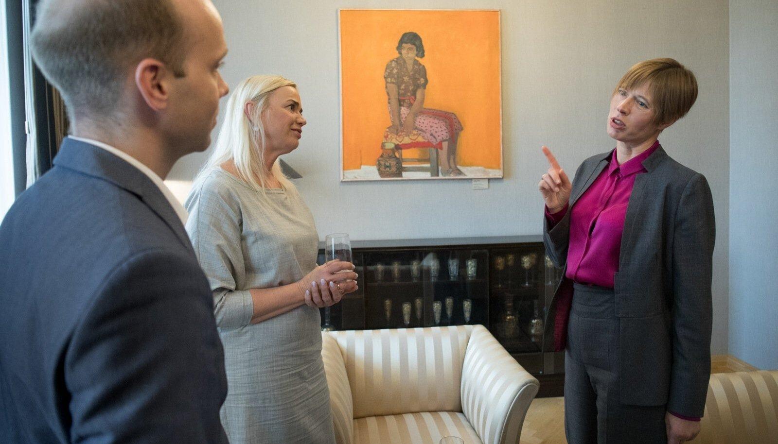 """President Kersti Kaljulaid kinnitas intervjueerijatele, et tema arvates ei ole Tallinn ja Eesti äärealad kuidagi erinevad. """"Ma ei usu ka depressiivsete väikelinnade kontseptsiooni. Olen säravaid silmi igal pool näinud,"""" sõnas president."""