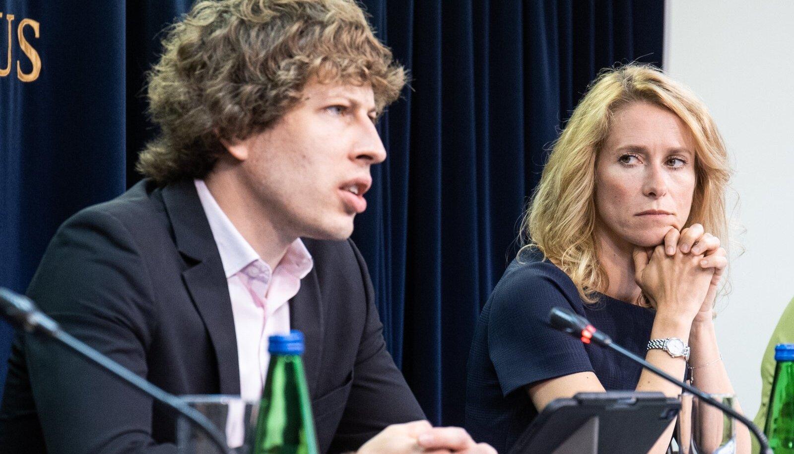 Kaja Kallas pole küsitluse kohaselt vaktsineerimise korraldamisega hakkama saanud, Tanel Kiigega oldi rohkem rahul.
