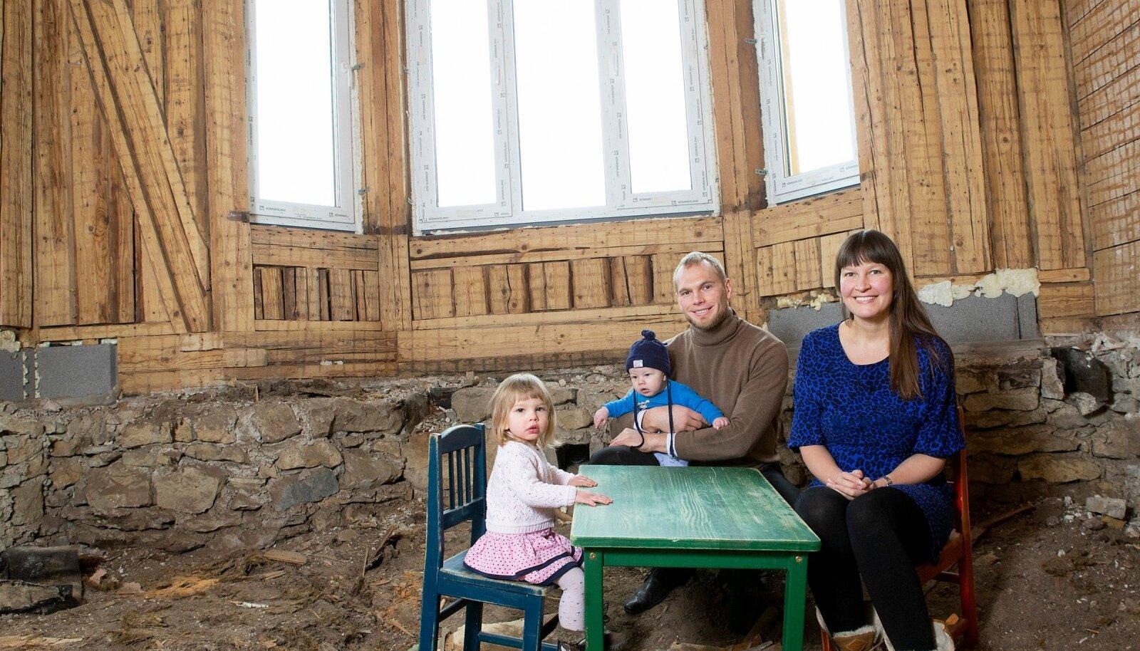 Mari-Vivian ja Priit koos lastega oma kodu kõrvalkorteris, kuhu pereisa ehitab uut magamistuba.
