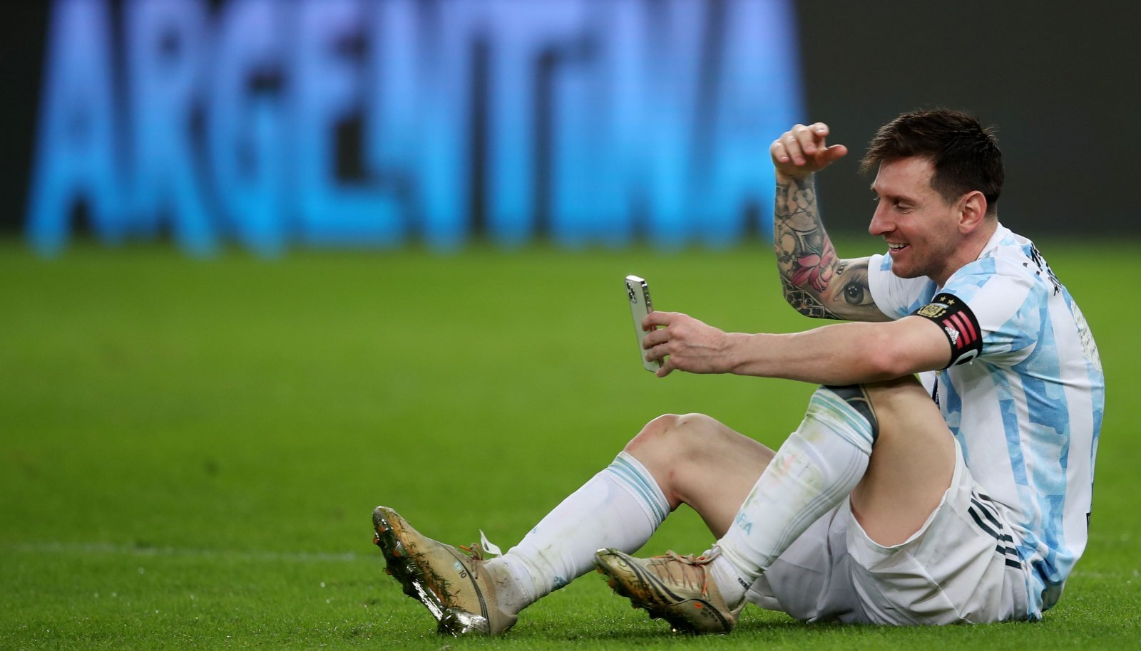 Lionel Messi pärast finaali perega suhtlemas.