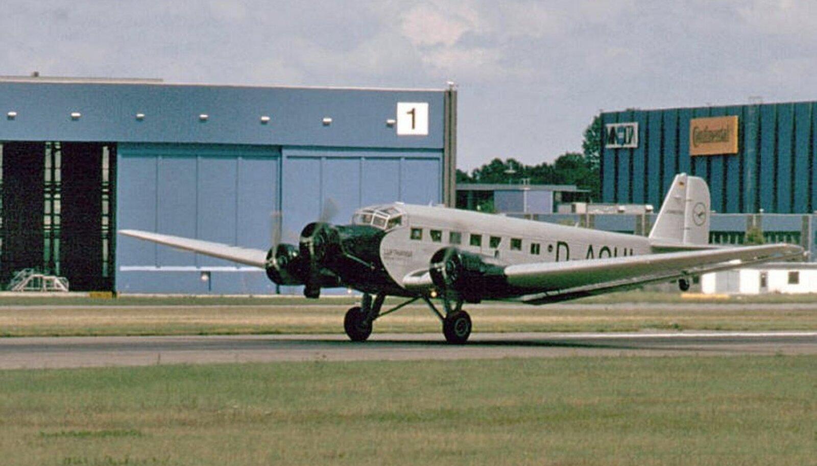 Junkersi  Ju-52/3M tüüpi reisilennuk, antud pildil Lufthansa värvides.