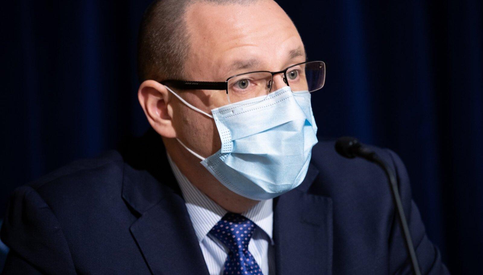 PERH-i kiirabikeskuse juhataja dr Popov soovitab maski kanda ühissõidukis ja siseruumis, kus pole võimalik distantsi hoida. Mask vähendab nakatumisohtu ja sümptomeid, sest inimene saab väiksema doosi viirust.