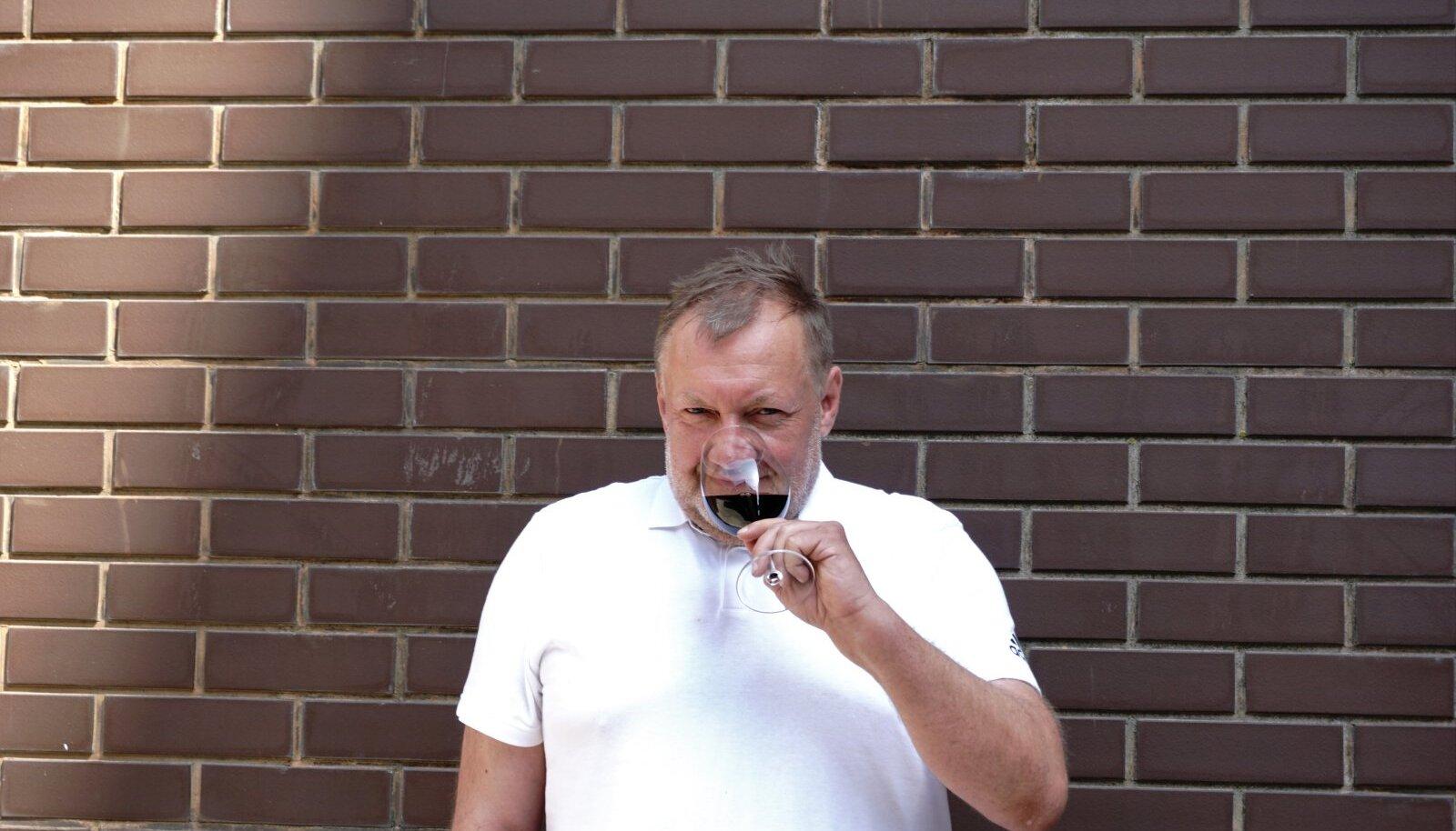 """Shiraz nimelisest viinamarjast räägib joogisaate stuudios kahele """"suurele kõrvale"""" – saatejuhid Martin ja Keiu – Eesti Sommeljeede Assotsiatsiooni sommeljee, koolitaja ja veinikaupmees Igor Sööt."""