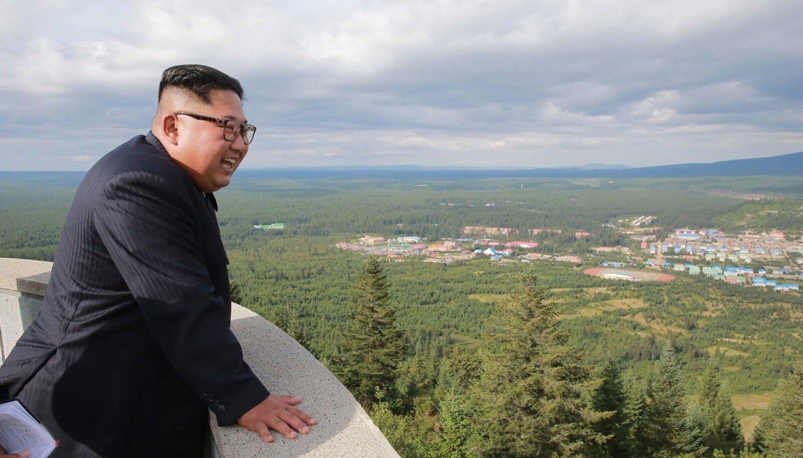 Õnneks poseerib Kim Jong-un praegu siiski pigem ehitistel, põllul ja tehastes, mitte raketipolügoonidel.