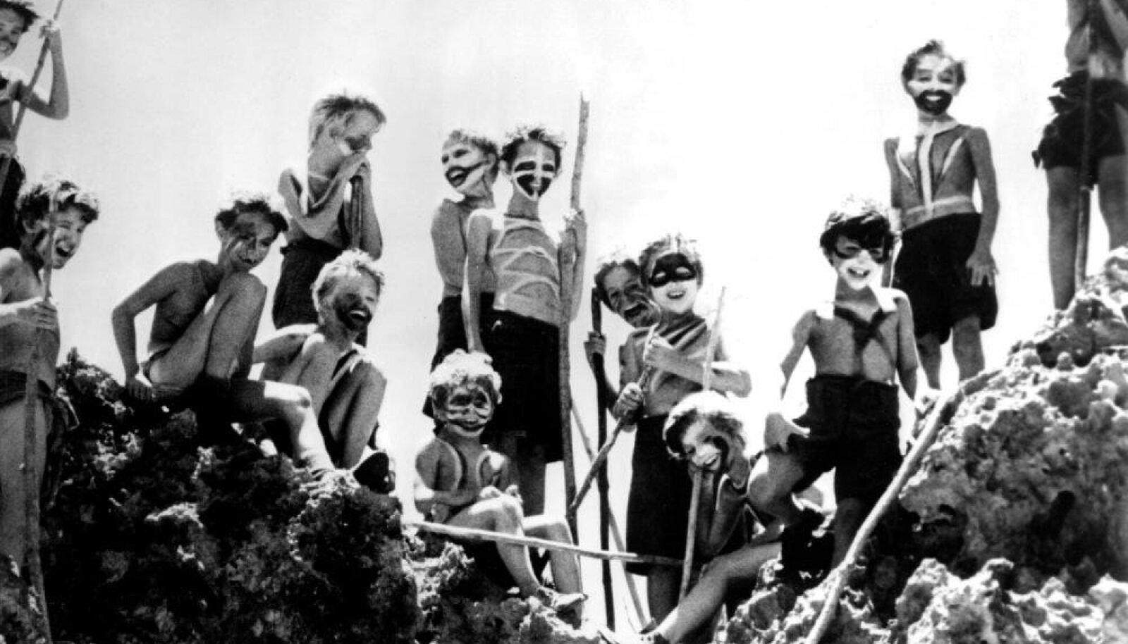 """Raamatus ja filmis """"Kärbeste jumal"""" langeb poisterühm peagi barbaarsusse. Päriselus rajasid nad aia, kogusid vihmavett ja ootasid ära juhusliku pääsemise."""