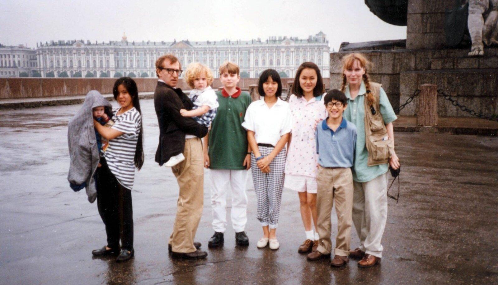 ONE BIG HAPPY FAMILY? Woody Allen ja Mia Farrow lastega reisil, Woody süles tema lemmiklaps Dylan Farrow.