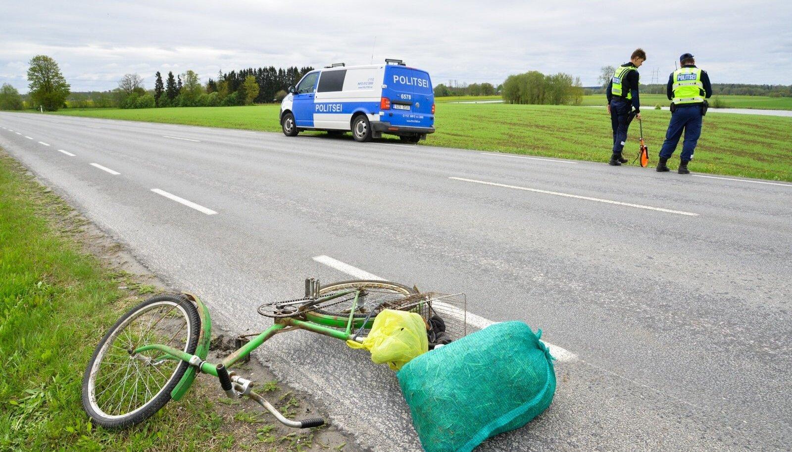 Jalgrattur sai autolt löögi.