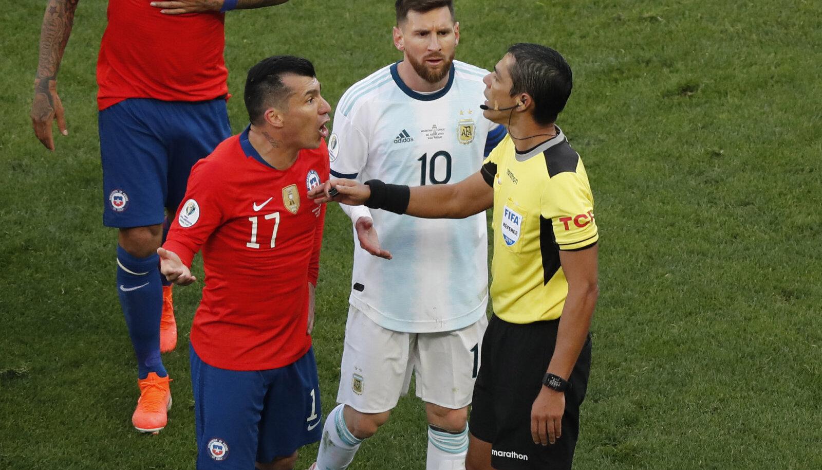 Gary Medel, Lionel Messi ja peakohtunik Mario Diaz